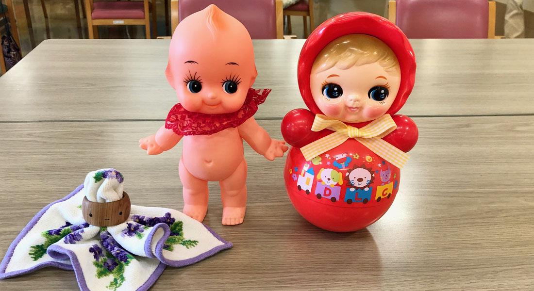 お年寄りの心にそっと寄り添う癒しの人形たち