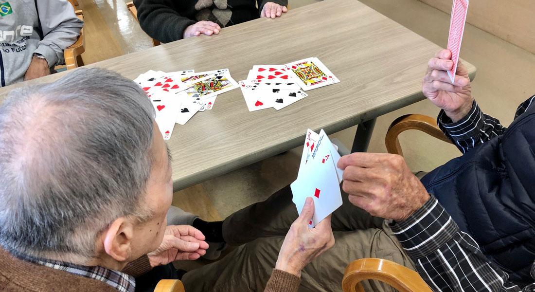 お年寄り×学生の交流にもおすすめ!思い出と会話が広がるカードゲーム