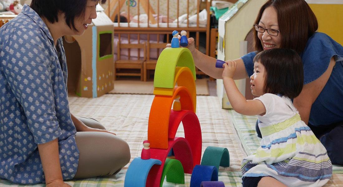 子育てママ応援!赤ちゃん遊びのヒント#3 美しい虹色の木のおもちゃ&身近な素材でお風呂遊び