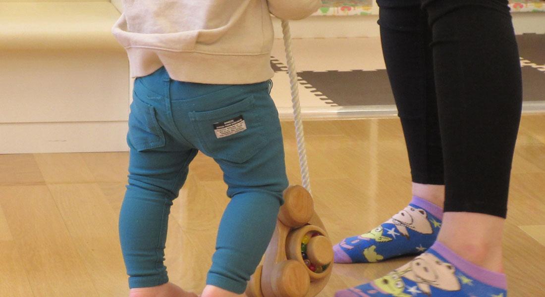 おもちゃコンサルタントが教える赤ちゃん遊びのヒント#5 色・音・動きを楽しむプルトイ&紙コップでジュースやさんごっこ