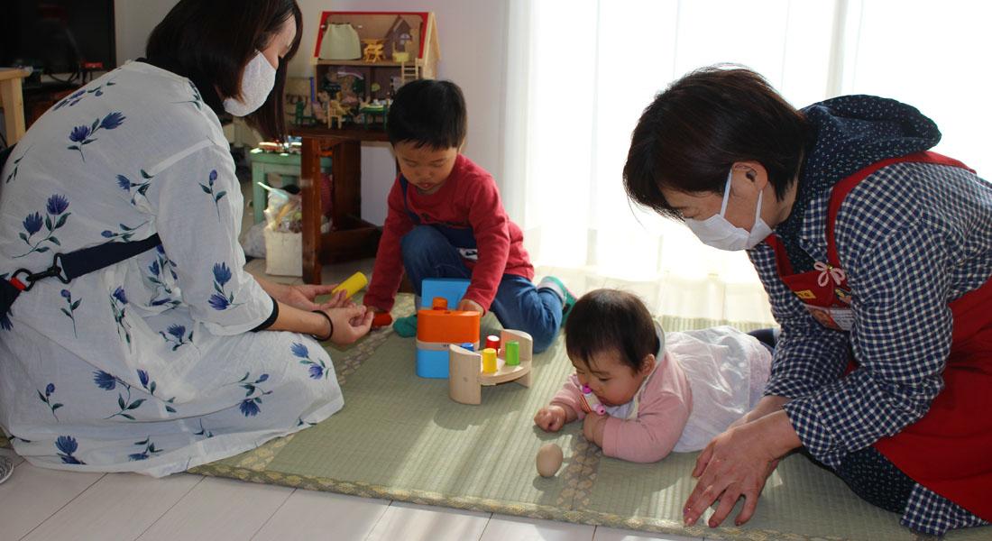 子育てママ応援!赤ちゃん遊びのヒント#7 見て・触って楽しいコマ&ママと一緒にお絵かき